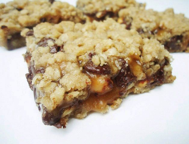 Just made these and they are to die for! I recommend putting the nuts on before the chocolate chips!: Desserts, Peanuts, Chocolates Chips, Oatmeal Desert, Recipes, Food Blog, Oatmeal Peanut, Peanut Butter, Peanut Caramelita