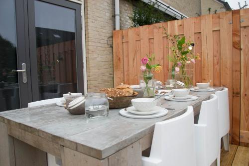 Twee terrassen, een spiegel en fruitplanten - Eigen Huis en Tuin