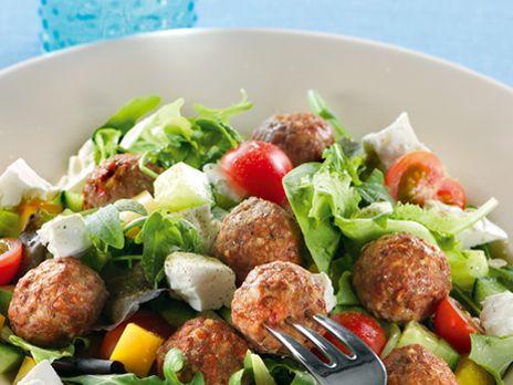 Grekiska köttbullar med grönsallad och fetaost | Recept.nu