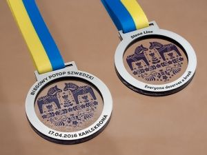 Medals on a gear with silver laminate and acrylic colorless with color printing. Two-color ribbon.