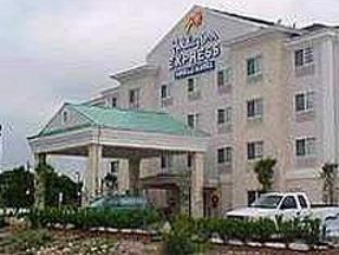Holiday Inn Express Hotel Suites Six Flags West Boerne Http Usa Mega Com Holiday Inn Express Hotel Suites Six Flags Hotel Suites House Styles Holiday Inn