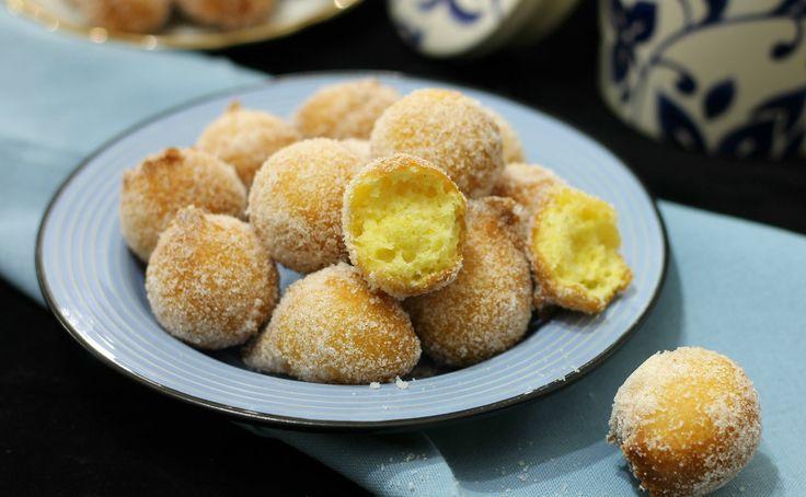 Le castagnole al limone sono palline fritte che si preparano tipicamente a Carnevale. Senza ricotta, ma con un ingrediente speciale. Si sciolgono in bocca.