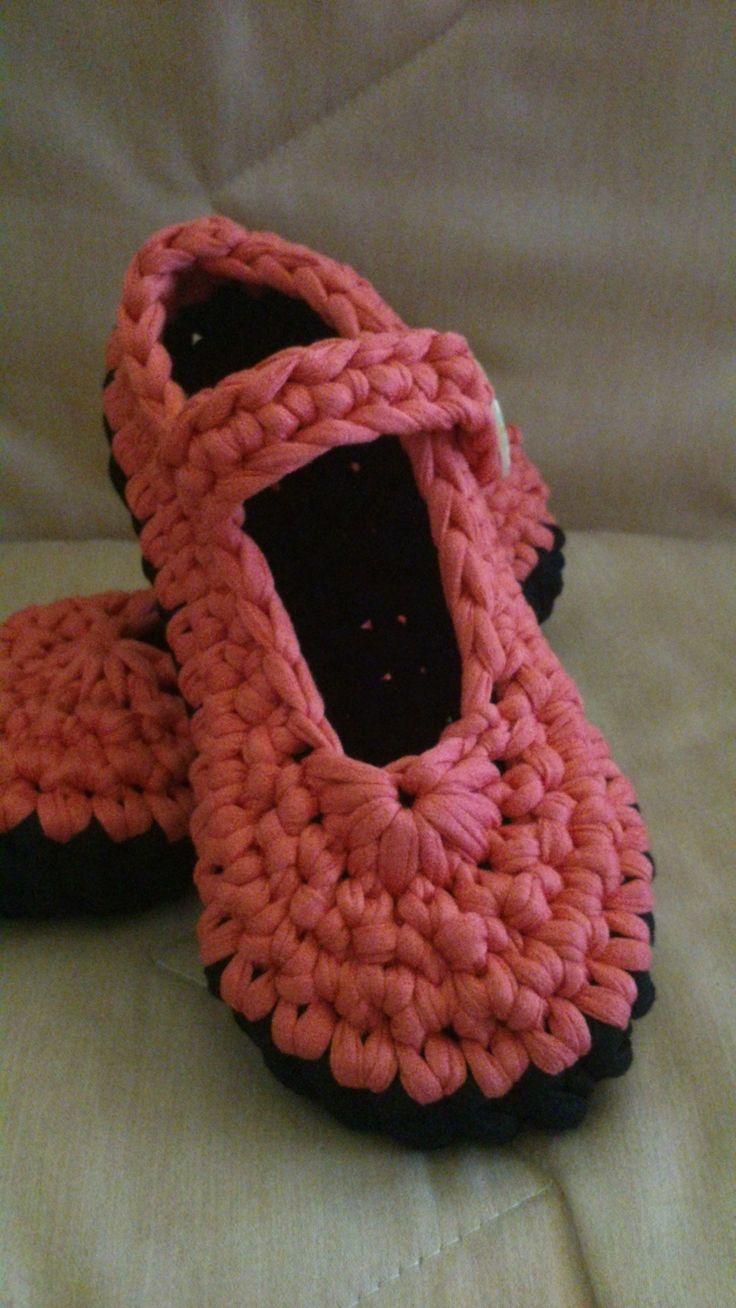 Zapatillas de diseño en Trapillo-Crochet https://www.facebook.com/GorrosBoinasCrochet