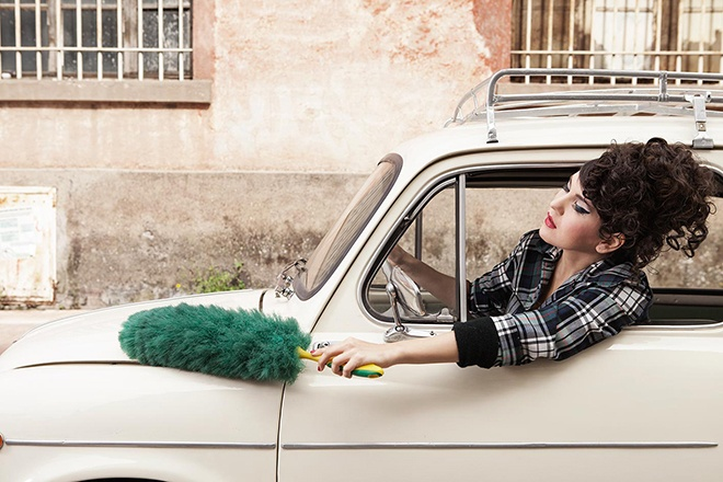 woman cleaning fiat 600 while driving rome