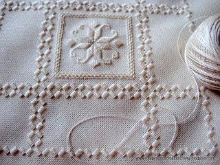 Bordado noruego realizado en lino blanco y algodón blanco,  también puede ser realizado en tela lugana. Es un trabajo fino y elegante.