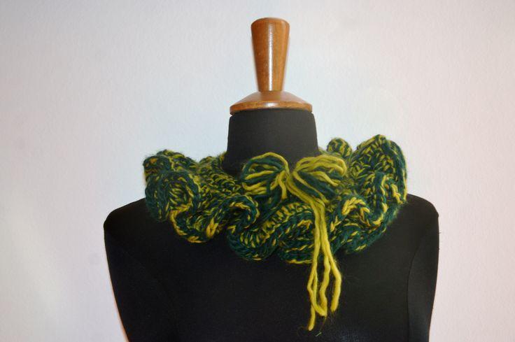 scaldacollo in lana verde scura e chiara con lavorazione ad uncinetto con bordo effettuato  con le rouge ad uncinetto e chiusura con bottoncino automatico e fiore in lana