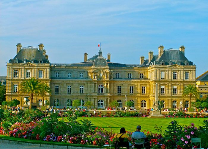 The Ultimate Travel Guide To Your Romantic Honeymoon In Paris: Visit the Jardin du Luxembourg for all the beautiful, romantic feels you need on your Paris honeymoon!
