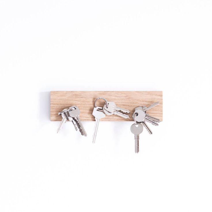 Colgador de llaves de madera imantado. Es perfecto para colgar en la entrada de casa o de la ofi y tener siempre las llaves localizadas. Tiene espacio para cuatro llaveros y su diseño minimalista encajará en cualquier hueco.  Lo fabricamos con madera de roble alistonado y anclajes resistentes para que los enganches a la pared, y lo más importante: unos imanes suuuper potentes para que resistan el peso de las llaves de cualquier bedel.    MÁS INFO:Madera; roble. Tamaño: 22x6cm. Espesor…