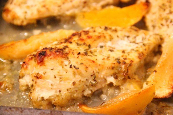 Citron och apelsin kyckling (recept) | heysam +++ kyckling (3 st kycklingfiléer)   3 st kycklingfiléer  1/2 dl olivolja  1/2 liten hackad lök  1 dl Oatly eller vanlig matlagningsgrädde   1 1/2 tsk oregano  1 tsk timjan  Lite chili  Svartpeppar och salt efter smak  1/2 citron  1/2 apelsin   Sätt ugnen på 200 grader. Börja med att värma olivoljan i en liten kastrull, lägg till löken och låt det koka upp i ca 1 minut (låt inte löken bli brun). Stäng av värmen och blanda i Oatly (eller…