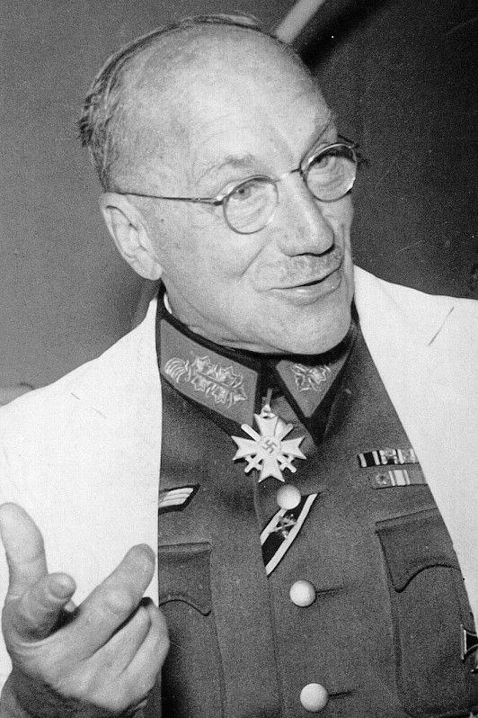 Prof. Dr. med. Ferdinand Sauerbruch (1875-1951), Generalarzt d.R., Geheimer Hofrat und Beratender Chirurg beim Wehrkreisarzt III Berlin, Ritterkreuz des KVK mit Schwertern 11.10.1943