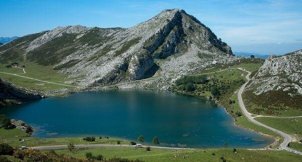 Cualquier excusa es buena para viajar a los Pirineos y descubrir la belleza que en invierno se esconde bajo la nieve o para hacer una excursión a un lago de ensueño…. A continuación te mostramos las Top 10 Escapadas Naturales por España. http://blog.edreams.es/las-mejores-escapadas-naturales-por-espana/