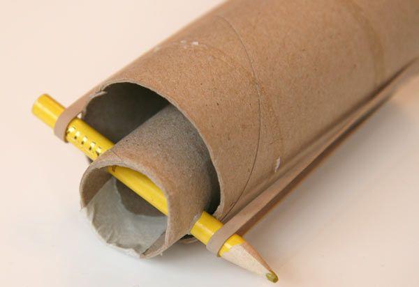 Voici un lance-pierre inoffensif puisqu'il n'est pas conçu pour lancer des pierres mais des boules de coton (ou à la limite des ballesde ping pong)! A fabriquer à partir de 2 tubes de papier toilette et 3 fois rien. Matériel Vous aurez besoin : de 2 tubes de papier toilette (ou alors un d'essuie-tout que vous couperez en deux) de ruban adhésif d'une perforatrice d'un crayon de deux petits élastiques de ciseaux d'une boule de coton (ou d'un chamallow) Instructions Coupez l'un des tubes...