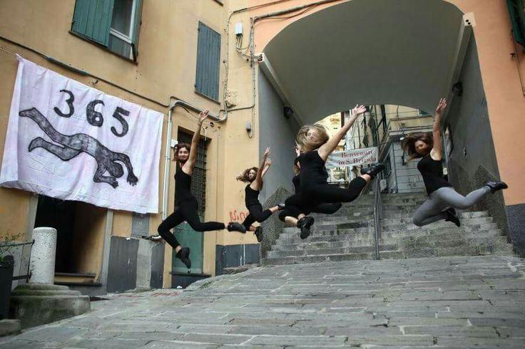 26/10/2013 Genova piazza trogoli santa Brigida  Installazione artistica 365 suicidi atto primo,  alcune delle ragazze della scuola di danza LA PUNTA,  all'interno dell'installazione artistica dedicata alle vittime della crisi economica.