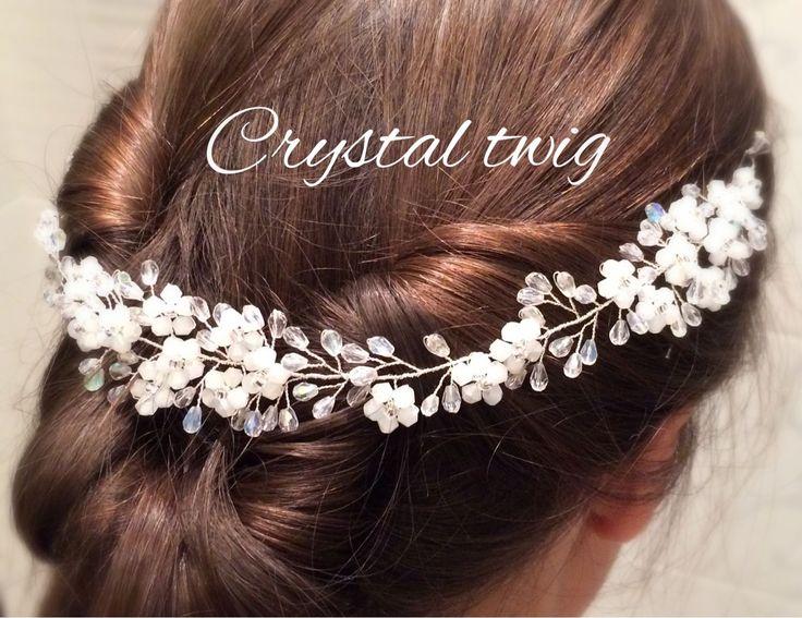 Купить или заказать Веночек - веточка в прическу невесты в интернет-магазине на Ярмарке Мастеров. Белые цветы из хрустальных бусин рассыпаны по серебряной веточке из прозрачного сверкающего хрусталя. Эту изящную универсальную модель можно носить на лбу, крепить на низкий пучок сзади по волосам, вокруг головы как веночек, располагать сбоку ассиметричный прически. Для крепления предусмотрены две петельки. Может крепиться шпильками/невидимками или завязываться с помощью лент.