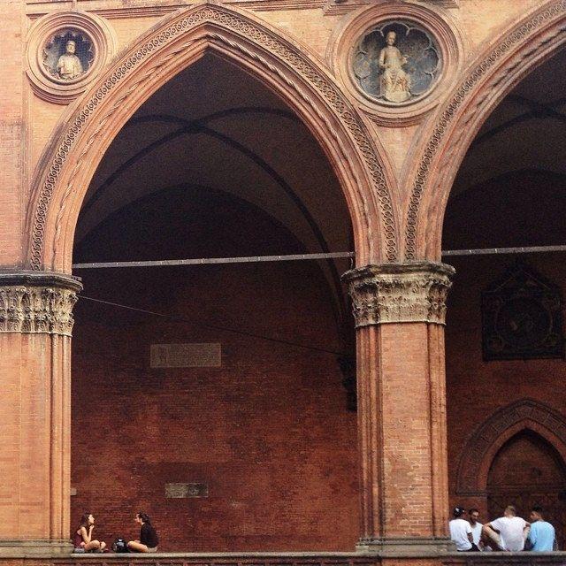 @mirehoracio Chi arriva a #Bologna si sente subito a casa. Un'atmosfera vivace e rilassante allo stesso tempo. Ancora più tangibile nelle serate estive, da godere in compagnia nelle piazze e sotto i portici.