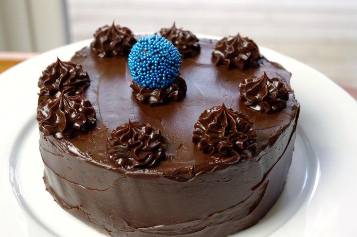 Underbar chokladbollstårta med lager av havre/kokos och chokladbollsdeg. Lättbakat, och supergott!