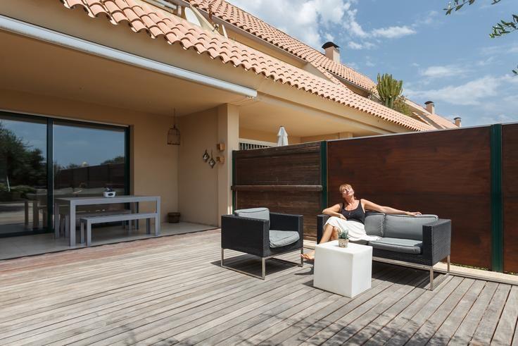 Jolanthe sentada en un sofá de jardín al final de una sesión de fotografía en una casa de Sitges.