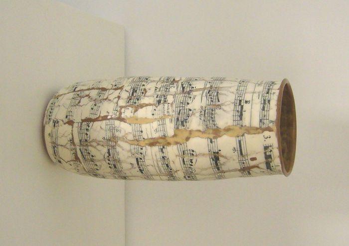 Hoge vaas met muzieknoten van Martin Möhwald; gezien bij Loes & Reinier, International Ceramics, Deventer