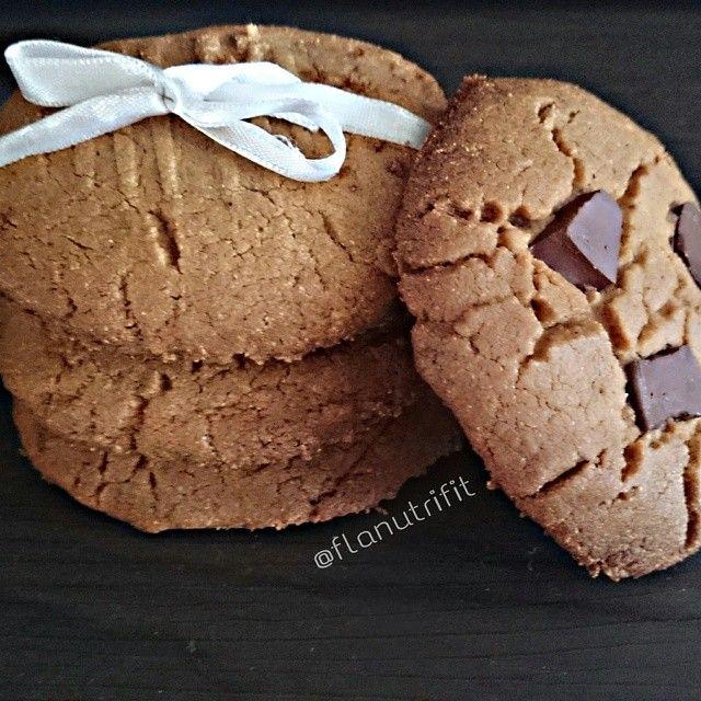 COOKIES DE PASTA DE AMENDOIM INTEGRAL  Esse é o melhor cookie que já fiz, delicioso, crocante e com um gostinho de quero mais. 100% integral. Receita aprovada!!!  Receitinha: ✔ 1 xícara de pasta de amendoim @pastamandubim (usei sem açúcar integral) ✔ 1 ovo ou 2 claras ✔ 1 xícara de farinha de trigo integral (pode substituir por qualquer outra que seja do bem) ✔ 1 colher de sobremesa de fermento em pó ✔ 1 xícara de açúcar de coco (pode substituir por Mascavo ou por adoçante) ✔ 50 ml de man...
