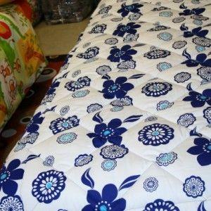 Trapunta invernale 1 piazza con disegno fiore blu stilizzato. Il tessuto è bianco con dei fiori stilizzati color blu, alcuni con il centro turchese, il sotto della trapunta è tinta unita color blu. misura per letto singolo cm 180×270 peso imbottitura 350 gr/mq, l'imbottitura è in poliestere siliconato con doppio velo che garantisce una vita più lunga all'imbottitura. Tessuti: sopra e sotto 100% cotone. lavabile in lavatrice a 30° Prodotto in Italia nel nostro laboratorio  Prezzo 67 Euro