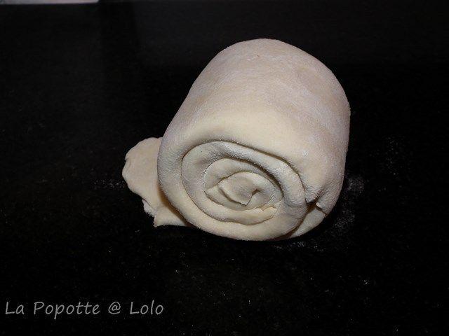 Voici une technique pour faire la pâte feuilletée qui fait gagner du temps car pas de tours à faire, pour un résultat au top ! J'ai fais la pâte au TM31 (on peut sans doute faire avec un autre robot, mais je n'ai jamais essayé) : Pour 1 tarte : 150 g...