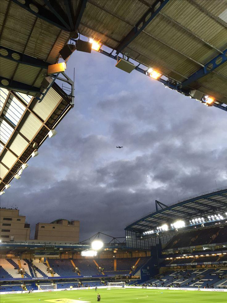 Voetbal vliegtuig en mooie lucht. Chelsea Londen.
