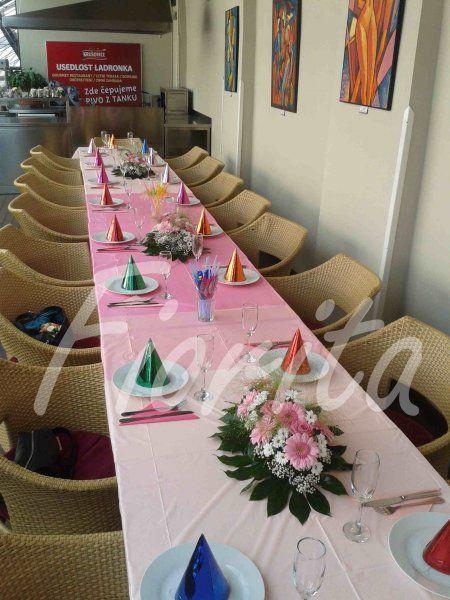 Květinová výzdoba stolu
