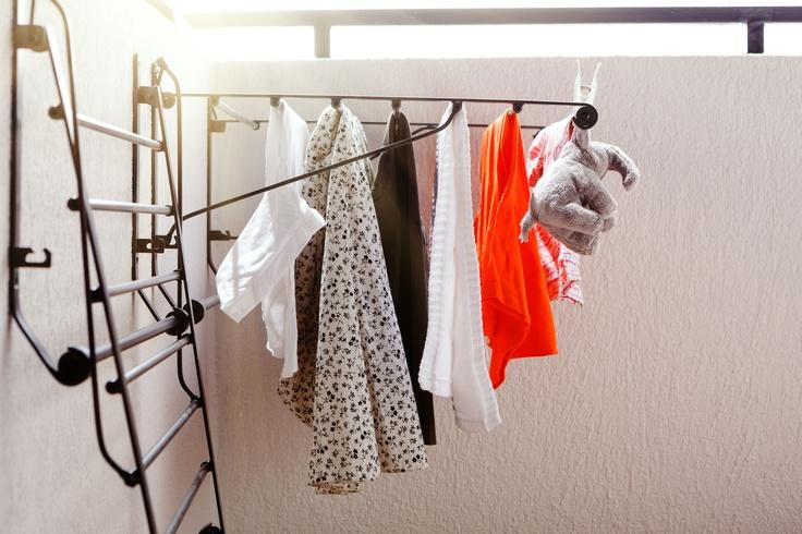 Suporturile pliabile PORTIS pentru uscat rufe pot fi montate pe peretele lateral al balconului, astfel ȋncât hainele tale să se usuce la aerul proaspăt de vară.