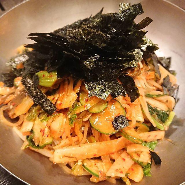ビビン麺✨ 広島で本格的なビビン麺を食べられるお店は、あまり無いと思うけど行きつけの「焼き焼き亭」のビビン麺はサイコーに美味しいよ⤴️ これを食べる為にお肉を控え目にするくらい(笑) #焼き焼き亭 #横川 #韓国 #ビビン麺 #辛い #麺 #お酒にも合う #海苔 #広島 #韓国料理 #肉 #ロース #カルビ