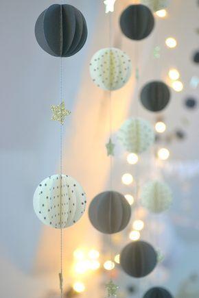 """Méga guirlande réalisée pour les vitrines """"My tiny moon"""" Des petits hauts Guirlandes sphères grises, pois et étoiles dorée..."""