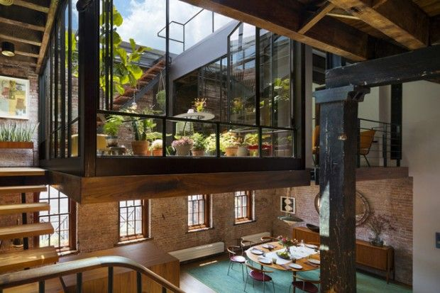 Je vous présente aujourd'hui cette magnifique réhabilitation du dernier étage d'un entrepôt de 1884 au nord de Tribeca, en un magnifique loft terrasse.  Les architectes ont voulu une habitation qui mélange habillement le passé industriel du lieu et les matières modernes. Beaucoup de matériaux anciens ont été récupérés et restaurés pour les intégrer au loft. Le point fort est cette mezzanine qui sert de jardin intérieur et de passage vers le toit terrasse verdoyant.