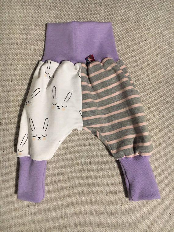 TAGLIA 50-56: 1-3 Mesi  Questi pantaloni non sembrano soltanto molto comodi, LO SONO ANCHE! Diventeranno i pantaloni preferiti di mamma e bambini. Le larghe fasce alla vita e alle caviglie fanno si che i pantaloni si adattino alla crescita dei bimbi per lasciare comodità nei movimenti. LA FASCIA ALLA VITA NON CONTIENE NESSUN ELASTICO. È fatta con una fascia stile yoga che garantisce comfort assoluto anche ai più piccolini! I pantaloni hanno la parte delle gambe sottili ma abbastanza spazio…