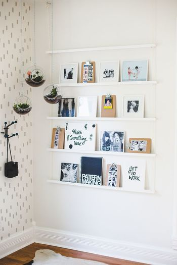 ノートやクリップボード、お気に入りの写真やカード。  一見壁に取り付けた小さな棚のようですが、小さな板を紐で繋げて、ぶら下げています。  【下のリンク先に、作り方が画像入りで掲載されています。】