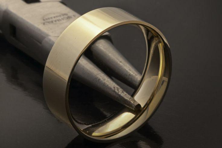 Geelgouden trouwring van oud goud. Deze ring herbergt drie generaties. Een ring van oma, de ring van moeder en nu de trouwring van dochter.