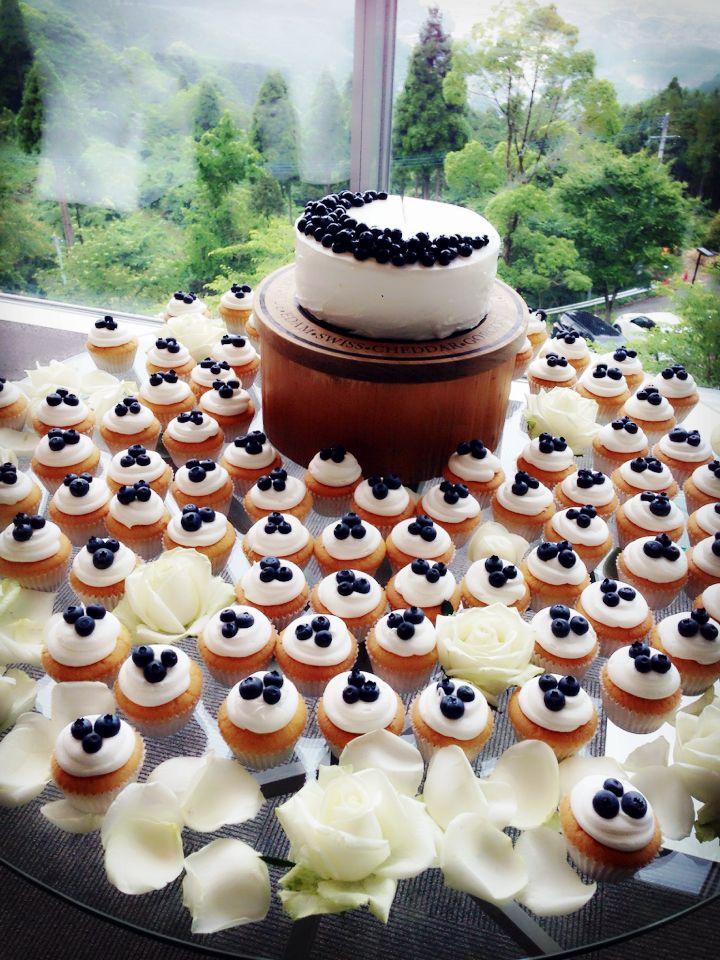 ブルーベリーがアクセントのウェディングケーキとカップケーキ