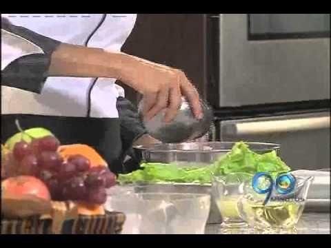 Preparación de ensalada vegetariana.