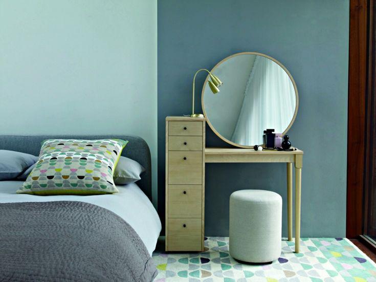 meuble-coiffeuse-petit-bois-clair-miroir-rond-meuble-tiroirs-tabouret-lampe-chevet meuble coiffeuse
