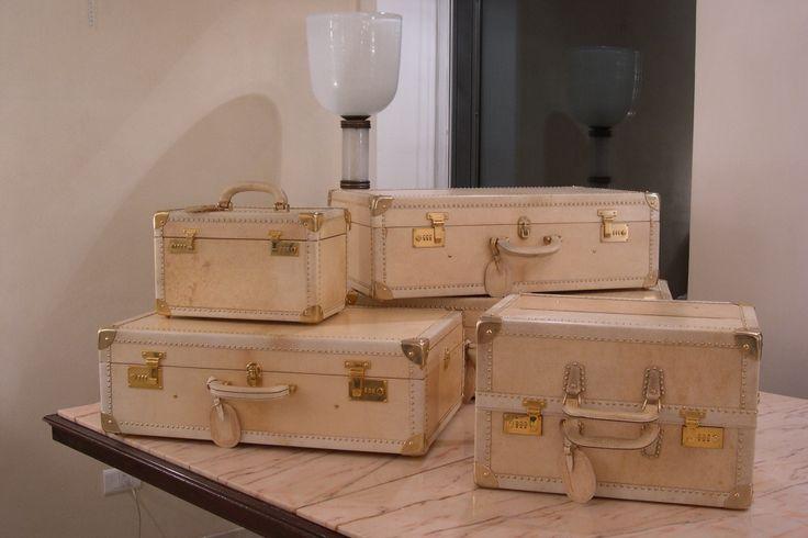 Set di valigie della Maison Cloè realizzate in pergamena ed otto- ne .Produzione attuale,il set si  compone di tre valigie un beauty ed  un porta camicie