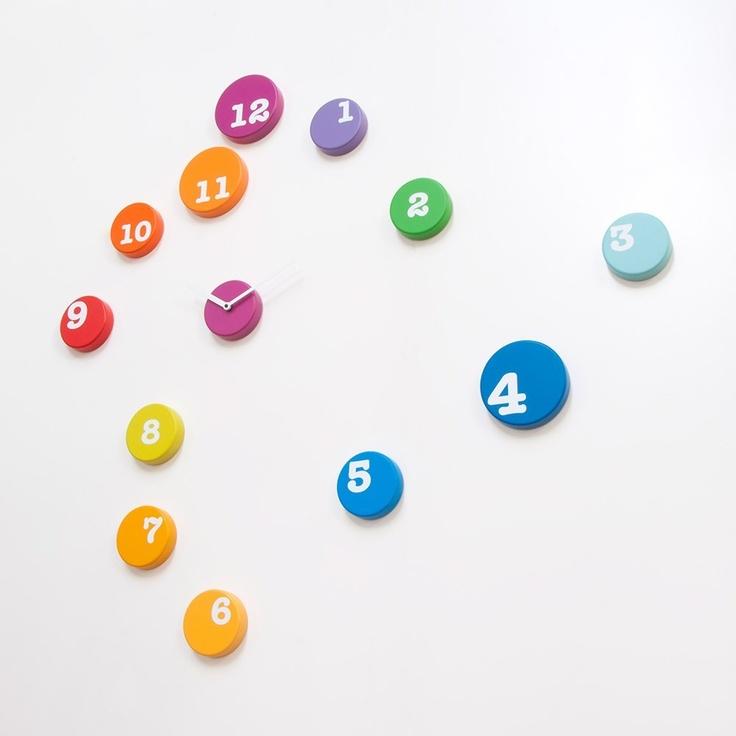www.muebleslluesma.com  Oferrta en reloj de pared de 13 discos de plástico de plastico, diseño de rnd lab de la marca progetti. Catalogo de relojes y percheros de progetti para comprar online. reloj pegado pared progetti, reloj pared madera progetti, relojes pared