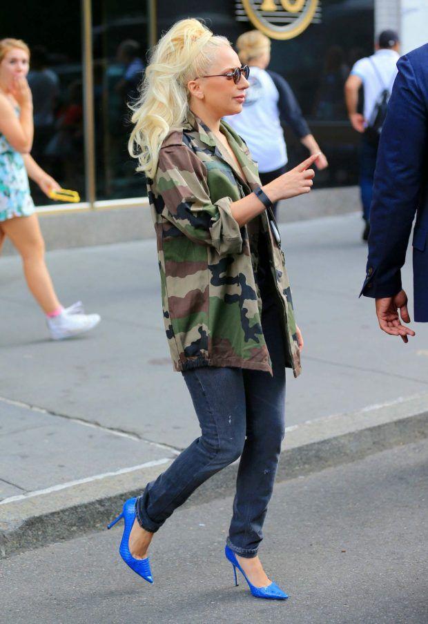 Street Style da Lady Gaga com calça jeans básica e a dupla interessante da parka militar com o scarpin azul royal, combinação improvável que deixou o look fashionista, mas ainda no jeitinho Gaga de ser.