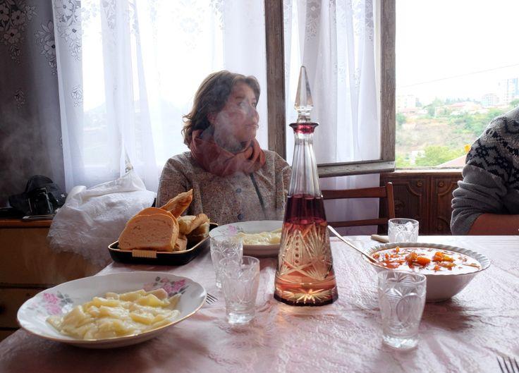 Маша Алигожина в гостях у тети Эммы. На столе в графине чача. Завтрак))
