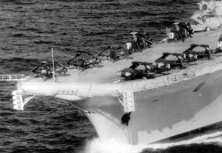 Do outro lado do Oceano Atlântico, a Força-Tarefa francesa realizava exercícios navais. No seu comando estava o porta-aviões Clemenceau (irmão do Foch, que décadas depois seria adquirido pelo Brasil e renomeado São Paulo) equipado com jatos Sud-Est Aquilon 202/203 (versão francesa do De Havilland Sea Venom)