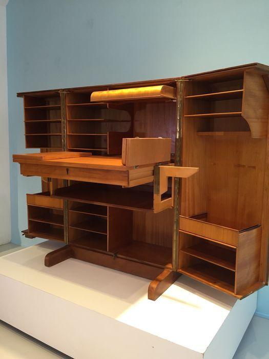 """Mummenthaler & Meier """"magic box"""" bureau in een doos.  Prachtige volledig inklapbare multifunctionele bureau / secretaire met talloze intrekbare planken, laden en dozen met een ingebouwde lamp over het tafelblad. Dit is een uniek stuk bijnaam de """"Magic Box"""". Gesloten ziet het eruit als een gewone kast met twee grote deuren.   Afmetingen gesloten: 113 cm H / 54 cm d. / 83 cm w."""