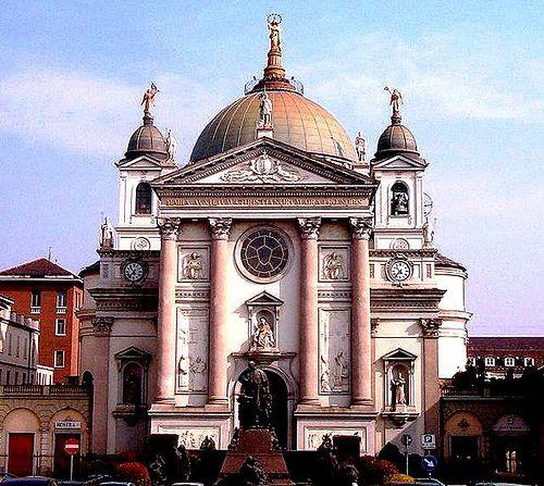 Fachada de la Basilica de Torino, iniciada su edificación, con grandes económicos, por don Bosco.