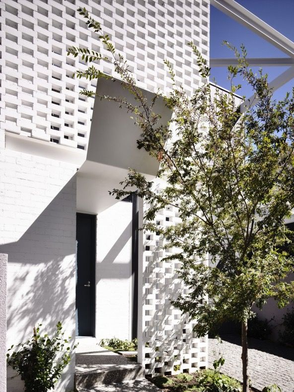 White painted breezeway bricks of the Fairbairn Rd House by Inglis Architects, in Toorak, Melbourne, Australia. Photography by Derek Swalwell. More #bricks and #blocks on the blog.