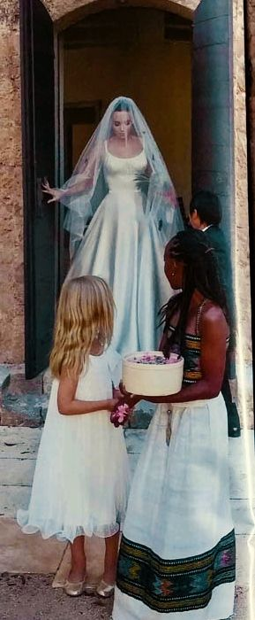 Angelina Jolie marries Brad Pitt. Here with daughters Zahara and Vivienne serving as flowergirls. Women that inspire me ❤️ Travelling, volunteering or an wildlife/ cultural internship in South Africa? Arrange it with Studentsonsafari & get inspired here! www.studentsonsafari.nl