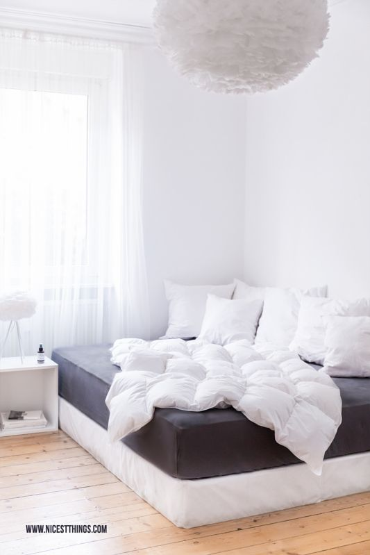 Schlafzimmer mit Boxspringbett, Matratze von Billerbeck, Vita Eos Lampe