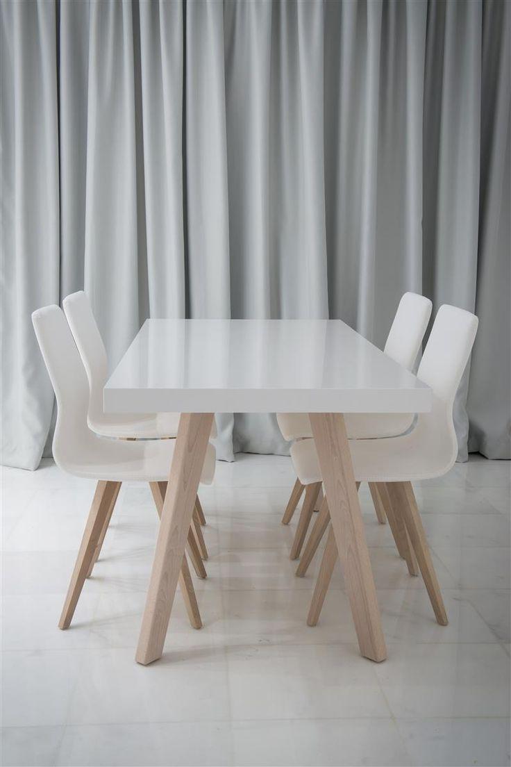 Τραπέζι με δρύινα πόδια και λευκό λακαριστό καπάκι.