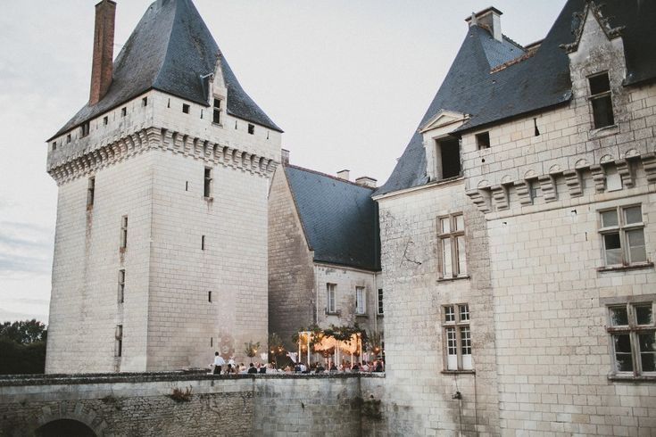 http://www.easyweddings.com.au/real-weddings/je-fais-katie-and-james-say-i-do-at-french-castle-wedding/