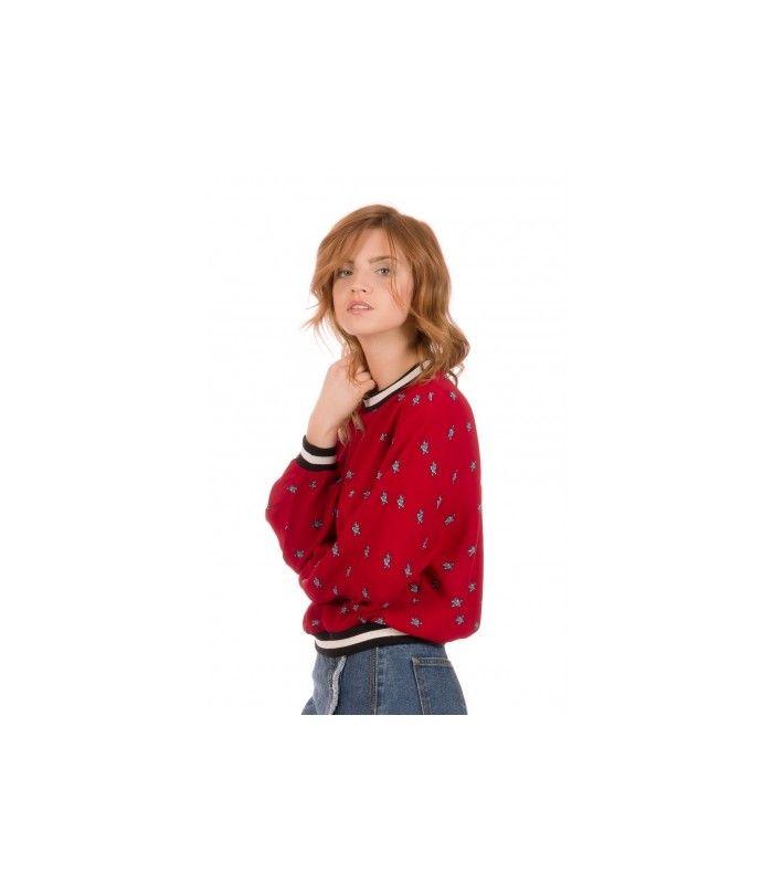 Adorable top rojo con dibujos de estrella azules, con puños y cuello de rayas negras y blanco, que le dan un toque muy sporty